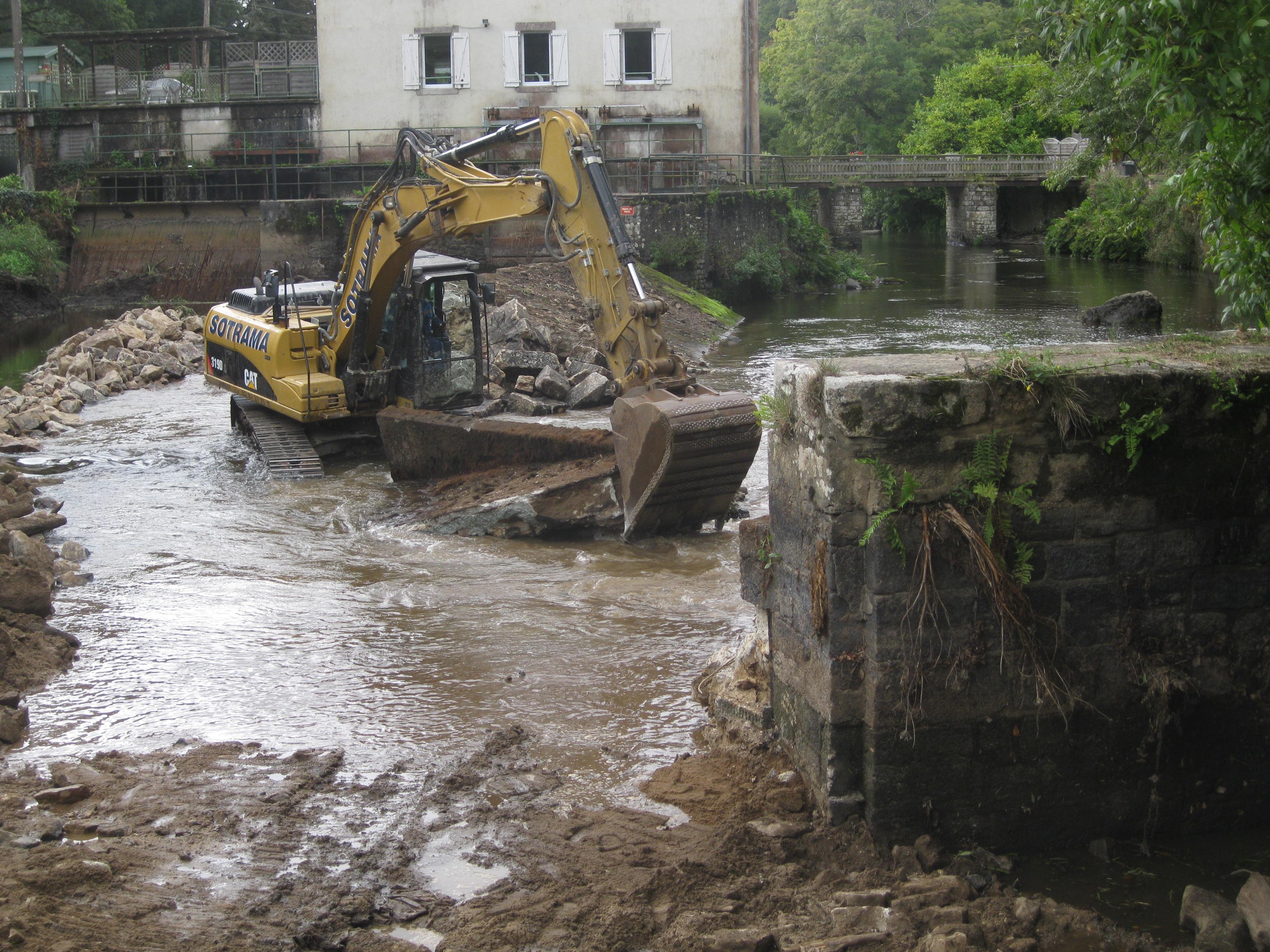 """le document d'incidence l'affirme:""""aucune pelle dans le cours d'eau"""" ; et l'arrêté préfectoral interdit tout engin mécanique dans le cours d'eau"""